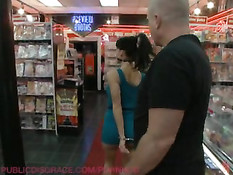 Ребята до тошноты ебали в магазине молодую сисястую брюнетку