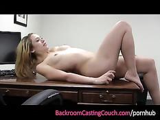 На порнокастинге девушка делала минет и была трахнута в попу