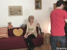 Молодой парень снимает старую блондинку и трахает её в пизду