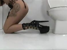 Полуголая Джеки Дэниэлс в туалете сосёт торчащие из стены члены