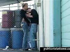 Сисястая тёлка сосёт мужику член возле сетчатого забора