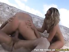Атлетичный парень на пляжном песочке трахает двух красоток