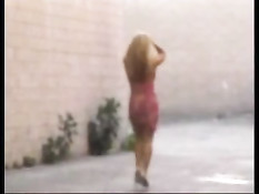 Сисястая блондинка делает минет в подворотне возле мусорников