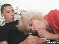 Жена застукала мужа во время секса со своей пожилой мамой