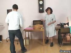 Старая швея берёт в рот член своего молодого клиента