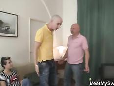 Девушка снимается в порно фильме с пожилой семейной парой