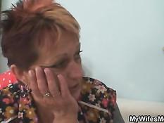 Жена оставила мужа наедине со своей мамочкой, сделавшей ему минет