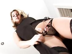 Зрелая блондинка позирует в разных сексуальных нарядах