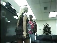Маленькая блондинка сама полезла трахаться с водителем