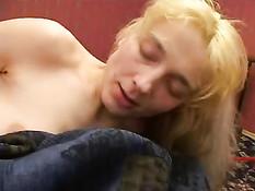 Тётушка блондинка будит и соблазняет спящего племянника