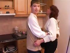 Тётушка застала племянника на кухне за распитием водки