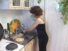Парень оттрахал на кухне сексуальную мамочку в чёрном платье