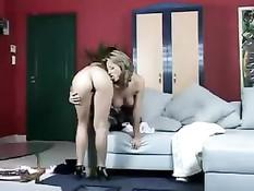 Девушка пришла оказывать интимные услуги зрелой женщине