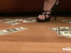 Девушка похожая на Бритни Спирс играется с фаллоимитатором