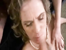 Оказавшись в отеле дамы сделали мужчине минет и сглотнули сперму
