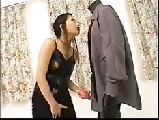 Японка Ran Asakawa позирует в сексуальных нарядах и играет с дилдо