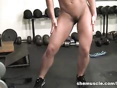 Порнозвезда Инари Вэш накачивает мускулатуру в фитнес клубе