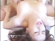 Девушка с волосатым лобком медленно нанизывает себя на член