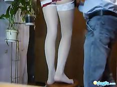 Худая рыжая девчонка в белых чулках трахалась на табуретке