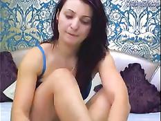 Юная брюнетка показывает перед веб-камерой своё красивое тело