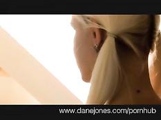 Молодая крашеная блондинка Dane Jones руками дрочила член
