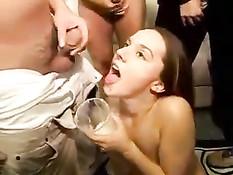 Проказница в качестве напитка собирает в стакан сперму парней