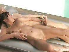 Девушка сосёт член и делает парню сексуальный массаж Нуру