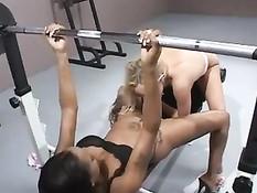 Две девочки разных рас занимались сексом в тренажёрном зале