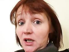 Уставшая от работы учительница занялась мастурбацией на парте