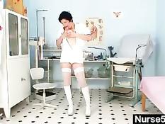 Грудастая зрелая медсестра Барбара показывает волосатую пизду