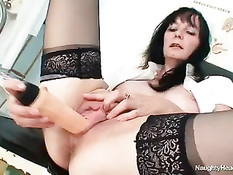 Похотливая старая медсестра мастурбирует в медицинском кабинете