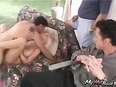 Сексуальная домохозяйка Лори доставляет удовольствие парням