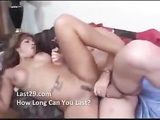 Парень в кровати лизал нежные половые губки горячей женщины
