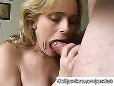 """Мамочка в позе \""""женщина сверху\"""" контролирует свой секс с парнем"""