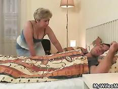 Пока жена ушла из дома, тёща сделала минет спящему в кровати зятю