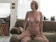 Глубокое проникновение и семяизвержение в мокрую вагину Melanie