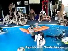 Большая группа свингеров устроила групповой секс у бассейна