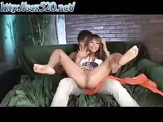 Японская девка с татуировкой на заднице кривляется перед камерой