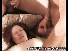Зрелая жена делает мужикам минет в любительском порно фильме
