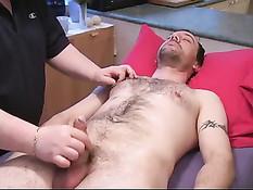 Массажист делает эротический массаж голому гею с татуировками