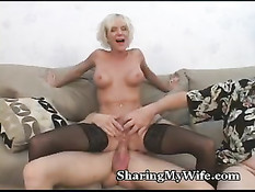 Возбуждённая зрелая дама удовлетворяет мужа и молодого парня