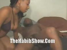 Чёрный парень исследует киску белой девки и трахает свою мулатку