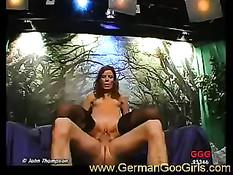 Немецкая блядь с закрытыми глазами сосала большие твёрдые члены