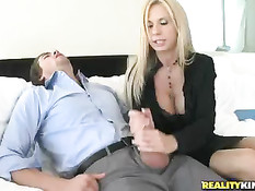 Горячая блондинка Брук Тайлер подготовила член для жаркого секса