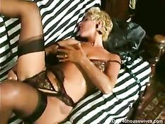Блондинка Danielle в ожидании мужика возбуждает себя вибратором
