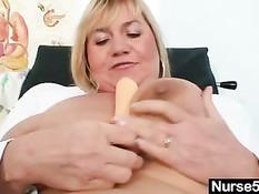 Грудастая медсестра Ирма вибратором мастурбирует волосатую киску