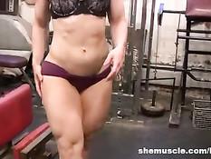 Зрелая блондинка полуголая занимается спортом в тренажёрном зале