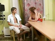 Сексуальная дамочка для секса заманила домой молодого парня