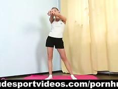 Худая девушка любит заниматься гимнастикой в обнажённом виде