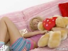 Эта похотливая блондиночка любит вставлять игрушку во влагалище